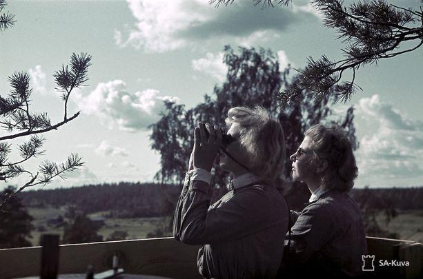 Lotat ilmavalvontatornissa aurinkoisen päivänä elokuussa 1943.