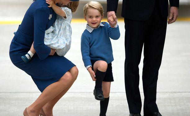 Prinssi George onnistui vilkuttamaan toimittajille.