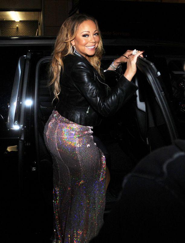 Mariah Carey oli iloisissa tunnelmissa astuessaan autoon.