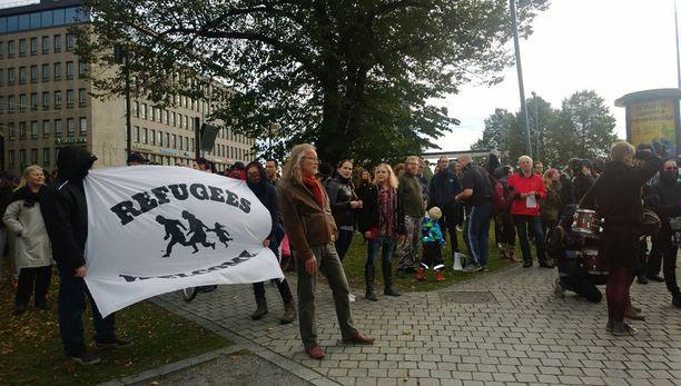 Tampereelle kokoontui myös Nollatoleranssi rasismille -mielenosoittajat.