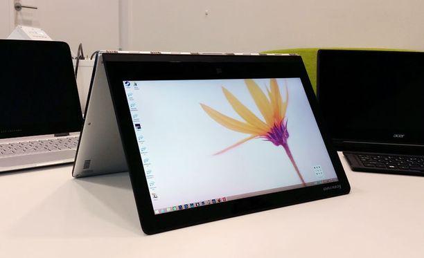Lenovon Yoga 3 Pro taipuu moneen asentoon.