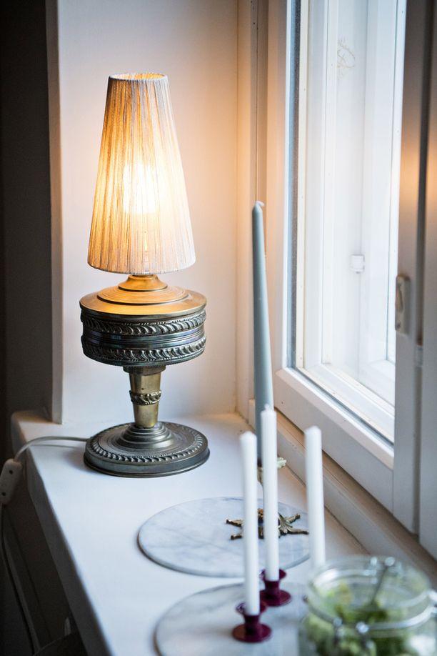 Valkoinen sävy, jossa on kellertävä vivahde ja hitunen harmaata on toimiva valinta tehdasvalmisteisten ovien ja listojen pariksi.