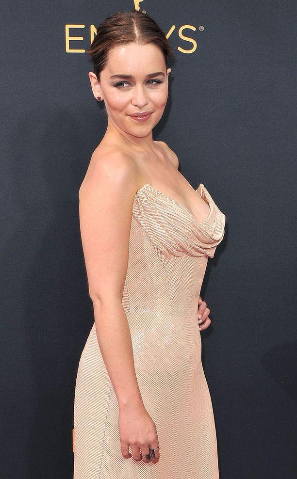 Tällaisessa lookissa Emilia Clarke on totuttu näkemään punaisella matolla.