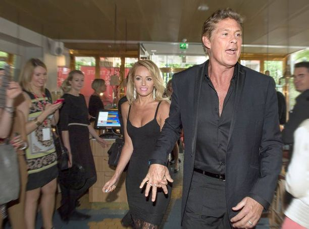 Hasselhoffin mukana Suomessa oli myös kuvankaunis naisystävä Hayley Roberts.