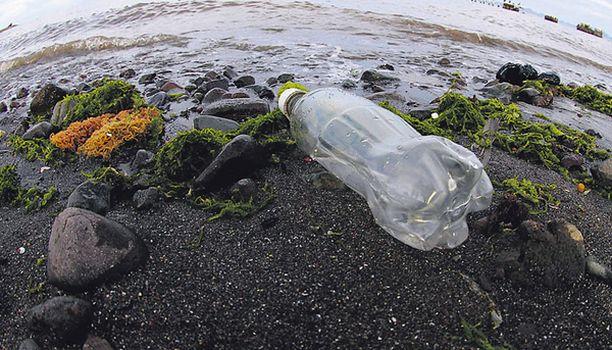 SURULLINEN NÄKY Muovijäte tuhoaa meren.
