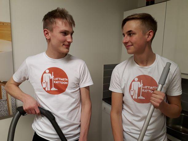"""Jani Piekäinen (vas.) ja Atte Vitikainen saivat ylioppilaslakkinsa viime viikonloppuna. Lukioaikana he painoivat erilaisia siivousurakoita niin, että """"ylitöitä"""" kertyi joinakin viikkoina kuutisenkymmentä tuntia."""