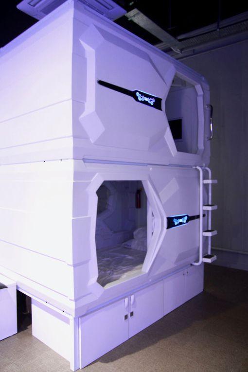Futuristisessa hostellissa yöpyminen on edullista.