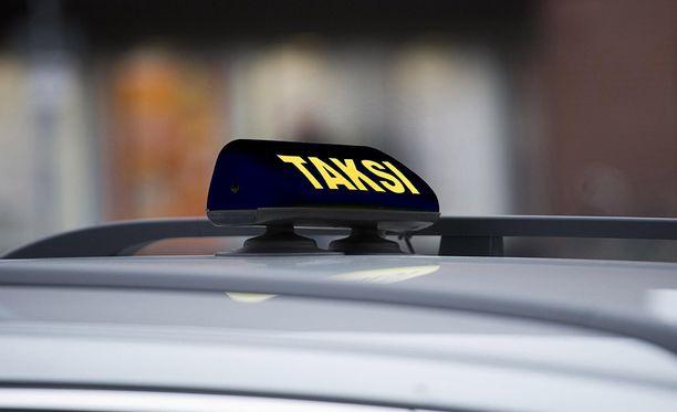 Sunnuntaista lähtien taksin kyltti voi olla vaikka musta, mutta sitä ei välttämättä tarvitse ollenkaan.