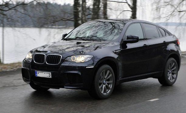 Käräjäoikeuden mukaan se, että syytetty hankki käyttöönsä 94800 euron hintaisen BMW X6:n, osoitti osaltaan petosrikoksen tapahtuneeksi. Kuvassa on Iltalehden entinen koeajoauto.