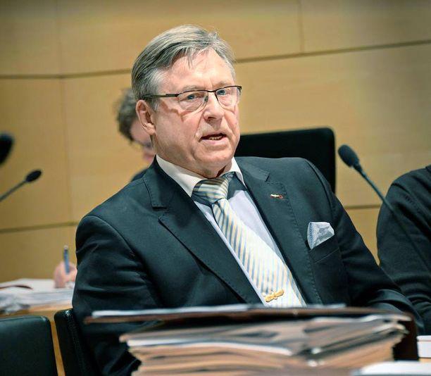 Kokoomuksen ex-puheenjohtaja Pertti Salolainen arvioi kannatuksen laskun johtuvan muun muassa keskeneräisistä sote- ja kuntauudistuksista.