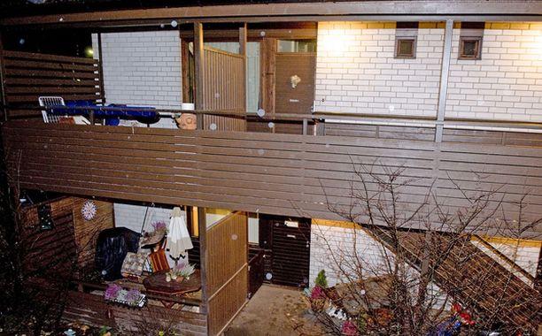Pariskunnan asunnon valot paloivat useita päiviä ympäri vuorokauden. Naapuri soitti lopulta hätäkeskukseen.