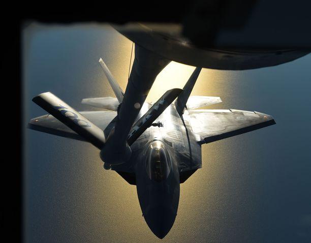 Yhdysvaltain ilmavoimien F-22 Raptor -hävittäjä tankkasi sotaharjoituksen yhteydessä ilmassa Suomen rannikon edustalla lokakuun lopulla. Sdp:tä ärsyttää amerikkalaiskoneiden tukeutuminen Suomen ilmatilaan ja lentokenttiin.