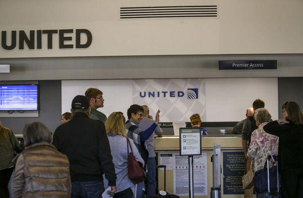 United poisti matkustajan koneesta, koska matkatoimisto oli täysin yllättäen perunut hänen lippunsa.