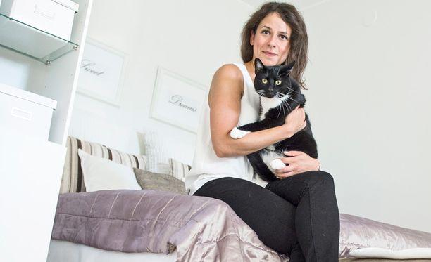 Nykyään Sabrina Karam ja hänen kissa Von Rosenlew asuvat uudessa ja kauniissa kodissaan ilman luteita.