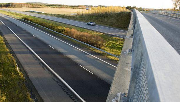 16-vuotias tyttö putosi kuolemaansa moottoritien ylittävältä sillalta.