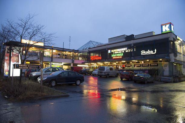 Yksi valepoliiseista bongasi maasturissa istuneen iäkkään pariskunnan Vantaalla Hakunilan ostoskeskuksen parkkipaikalla.