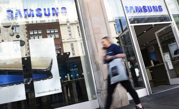 Kaikkien kolmen operaattorin vuoden myydyimpien puhelinten listalta löytyy kolme Samsungia.
