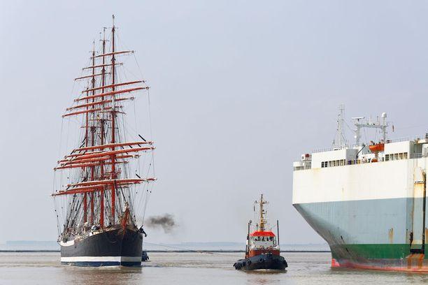 Jättikokokoinen purjealus on vaikuttava näky nykylaivojenkin rinnalla.
