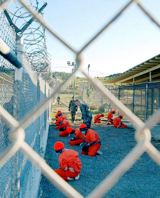 Tiistaina julkaistun raportin mukaan CIA käytti järkyttäviä keinoja saadakseen terroriepäillyiltä tarvitsemiaan tietoja. Kuva Guantanamo Bayn vankileiriltä tammikuulta 2002.