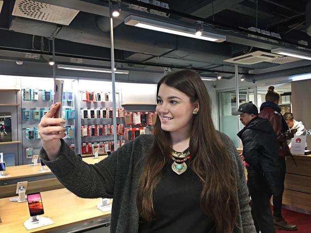 Huawein kuluttajaliiketoiminnan markkinointi- ja viestintäjohtaja Sofia Lehtimäki kertoo, että suomalaiset arvostavat puhelimessa erityisesti hyvää kameraa.