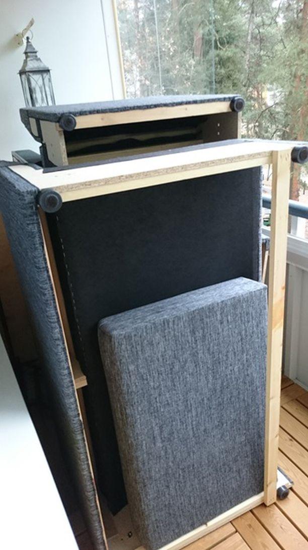 Käytettynä hankittu sohva parvekkeella ja lähdössä kaatopaikalle.