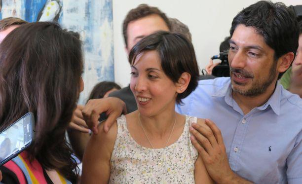Adriana (keskellä) varastettiin vastasyntyneenä. Sotilasjuntta murhasi hänen vanhempansa. Nyt Adriana on löytänyt sukulaisensa.
