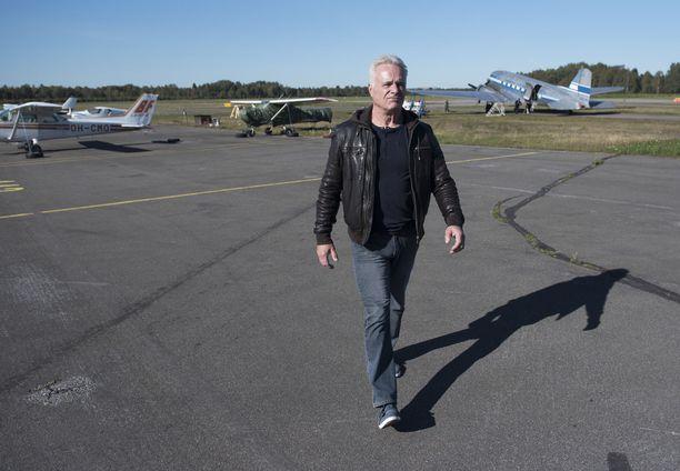 Horst Weckström haluaa, että poliisi tutkii perusteellisesti Malmin kentän ykköshangaarin irtisanomisen taustat.