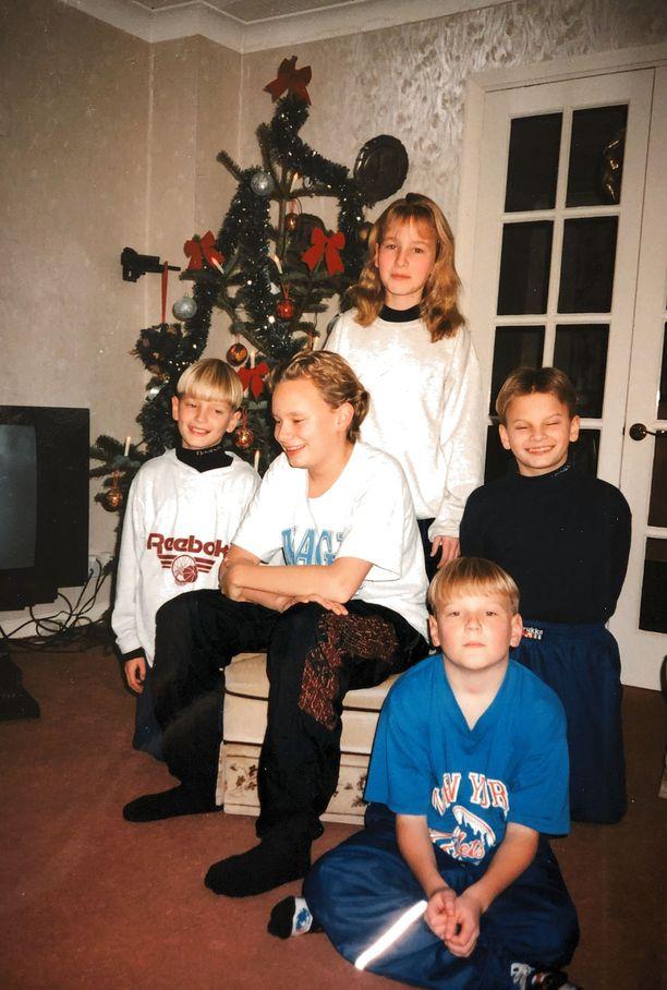 Petri Väinölän perhettä. Lapset oppivat puhumaan brittiaksentilla englantia jo puolessa vuodessa sujuvasti.