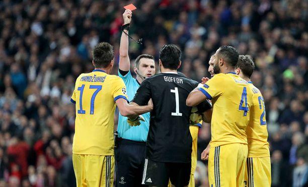 Michael Oliver antoi Gianluigi Buffonille punaisen kortin. Ulosajoakin kiistellympi tuomio oli Oliverin hetkeä aiemmin tuomitsema rangaistuspotku.