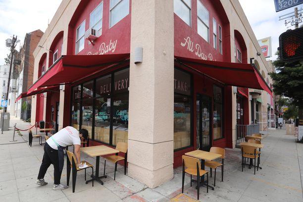 Los Angelesin ravintoloissa ei saa syödä paikan päällä vielä ainakaan kolmeen viikkoon.
