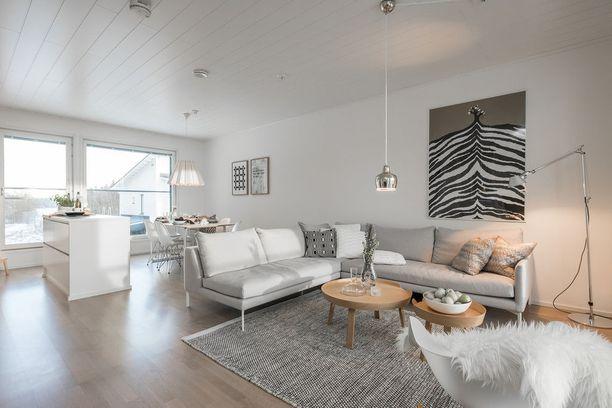 Tämä olohuone edustaa skandinaavista tyyliä vaaleine värisävyineen ja selkeine linjoineen. Vaaleat seinät ja murretut sävyt avartavat tilaa ja tekevät ilmeestä raikkaan.