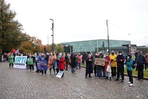 Perjantaina ilmastomielenosoituksessa protestoijat pyydettiin alas portailta.