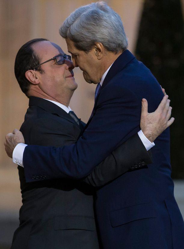 Hollande yritti antaa Kerrylle poskisuudelman, johon Kerry vastasi halaamalla.