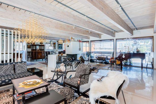 Talossa on valtava, noin 80 neliöinen olohuone-ruokailutila.