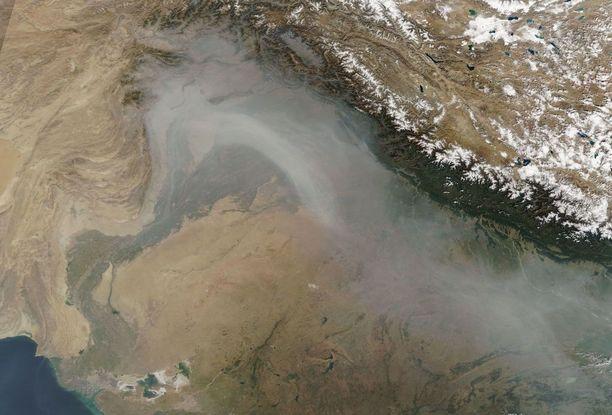 Saastepilvi näkyy avaruuteen asti. Se peitti torstaina otetussa satelliittikuvassa laajan alueen Pohjois-Intiassa ja Pakistanissa ja ulottui jopa Afganistaniin asti.