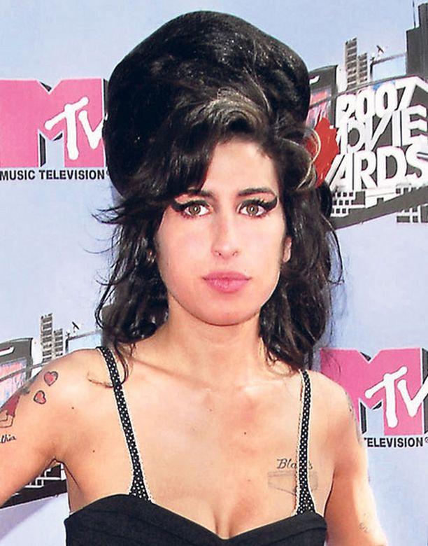 VARJO ENTISESTÄ. Amy Winehouse on sairaalloisen laiha.