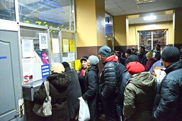 Donetskin ainoalla toimivalla linja-autoasemalla on kaaos, kun ihmiset yrittävät jonottaa paikkoja lähteviin busseihin.