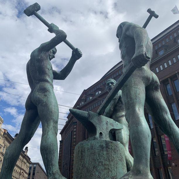 Kolmen sepän patsaassa on erikoista se, että kiviset kankut kuuluvat mieshahmoille. Suurin osa Helsingin nakupatsaista esittää naisia.