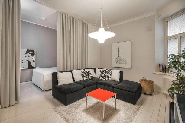 Tavallinen koti vai hotelli? Tässä yksiössä on laadukas ja moderni sisustus. Kätevän pimennysverhon taakse pääsee nukkumaan ja pedin voi tarvittaessa piilottaa verhon taakse päivälläkin.