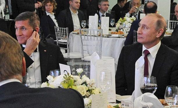 Donald Trumpin sittemmin tehtävästään eronnut neuvonantaja Michael Flynn samassa pöydässä Vladimir Putinin kanssa.