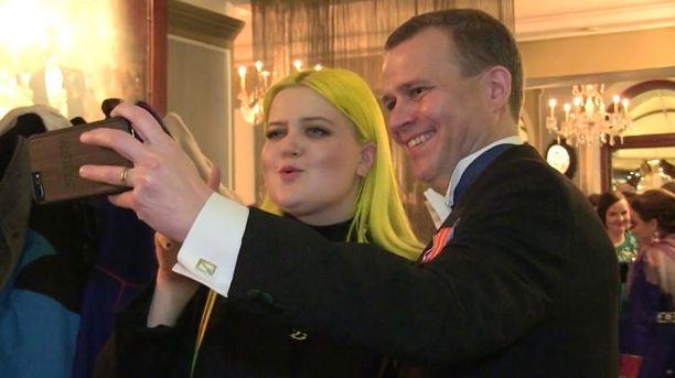 Alma ja Petteri Orpo poseeraavat yhteiskuvassa.