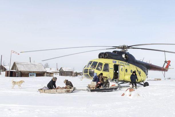 Moottorikelkka veti potilasta ja ensihoitajaa pulkassa ambulanssihelikopterille. Moottorikelkka on paikallisten asukkaiden tärkein kulkuväline talvisin.