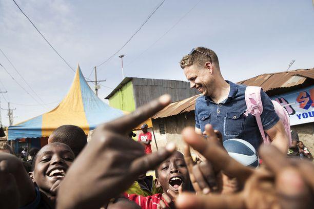 Signmark pitää itseään suomalaisena etuoikeutettuna. - Mietin, minkälainen elämästäni olisi tullut, jos olisin syntynyt tänne, Signmark sanoo vierailulla Korogochon slummissa Keniassa.