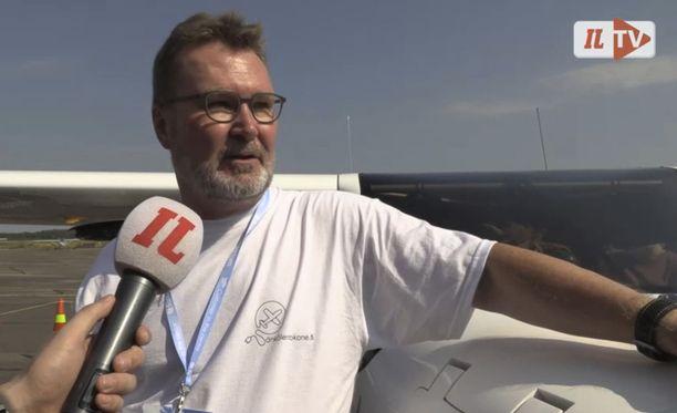 Jussi Frisk laskeutui ensilennolta tyytyväisen oloisena.