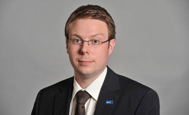 Perussuomalaisten kansanedustajan Vesa-Matti Saarakkalan mielestä Urpilainen valehteli vastatessaan hänen kirjalliseen kysymykseensä.