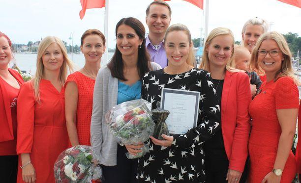 Apulaispormestari Nasima Razmyar oli palkitsemassa Helsingin positiivisinta henkilöä eli Anni Hautalaa. Palkintoseremonioissa mukana myös Havis Amandan nuorkauppakamarin väkeä.