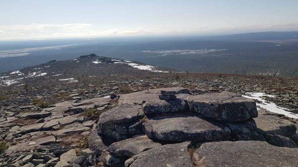 Osa vanhoista kivilatomuksista on hukkunut retkeilijöiden kasaamien kivien alle. Kuva Pyhä-Nattasen huipulta.