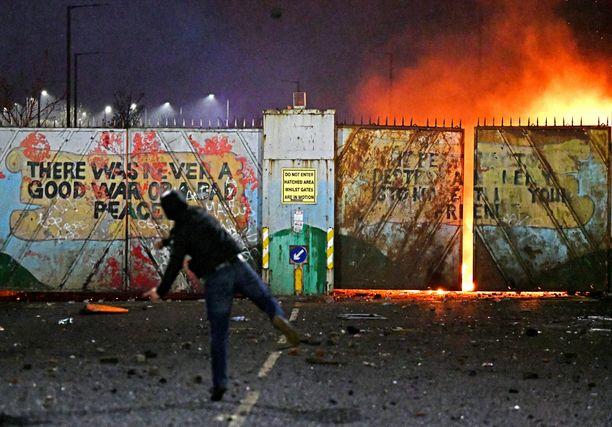 Belfastissa on mellakoitu viikon ajan. Kuva otettu tiistaina.