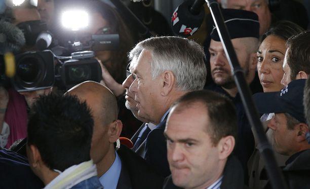 Ranskan ulkoministeri Jean-Marc Ayrault tapasi koneissa olleiden omaisia Pariisin lentokentällä.