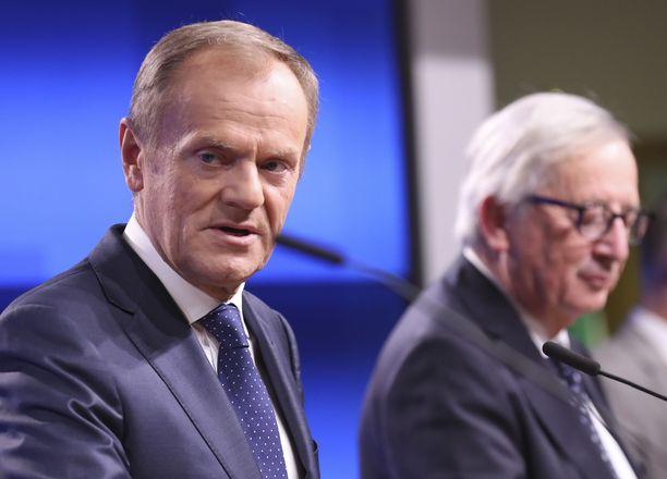 Eurooppa-neuvoston puheenjohtaja Donald Tusk (vas.) suosittelee 27 EU-maalle Brexit-sopimuksen hyväksymistä